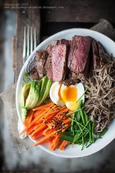 Stek z makaronem soba, jajem i warzywami
