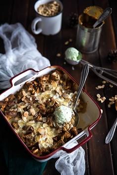 Pudding orzechowo-migdałowy z karmelem i jabłkami