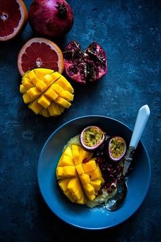 Owsianka z płatków jaglanych z mango, granatem i marakują