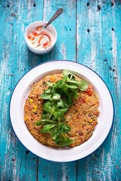 Pomidorowy omlet z kukurydzą