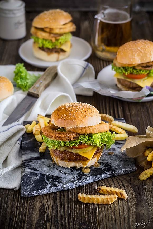 Burger Jack Daniels z krążkami cebulowymi