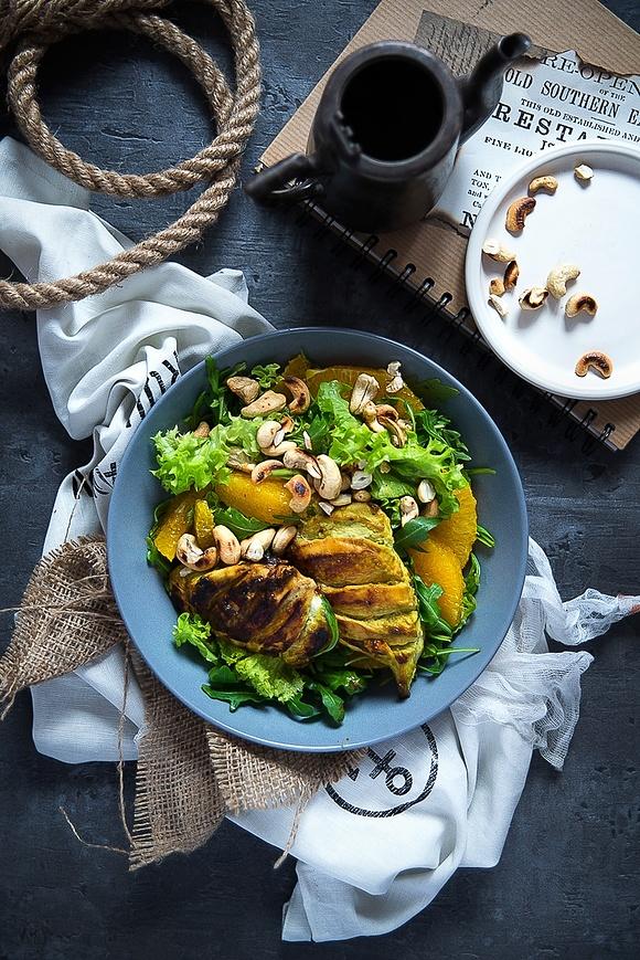 Sałatka z kurczakiem wasabi, z pomarańczą i orzechami nerkowca