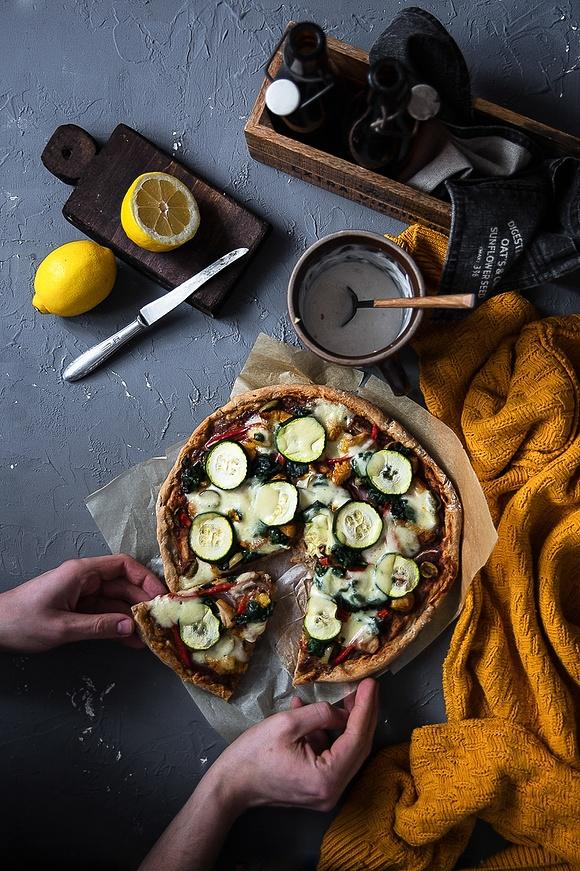 Razowa pizza z cukinią, szpinakiem, mozzarellą i indykiem