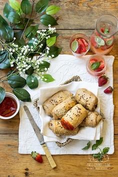 Bułeczki piknikowe z nadzieniem z liści rzodkiewki i fety