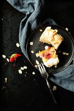 Migdałowe ciasto z truskawkami i bezą