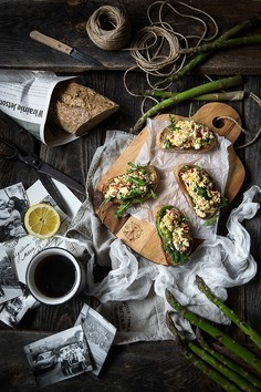 Grzanki z jajecznicą, szparagami i fetą