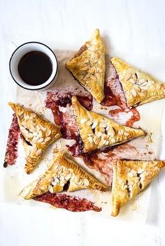 Rożki z ciasta francuskiego z rabarbarem i truskawkami