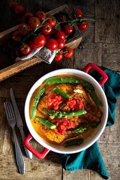 Dorsz zapiekany ze szparagami w aksamitnym sosie z pomidorem