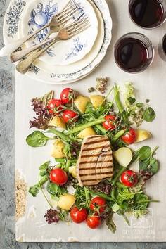 Sałatka nicejska z grillowanym stekiem z tuńczyka