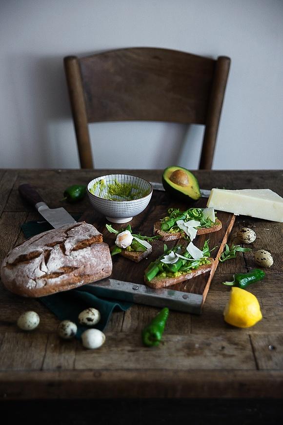 Zielone grzanki: z awokado, rukolą, szparagami i przepiórczymi jajami