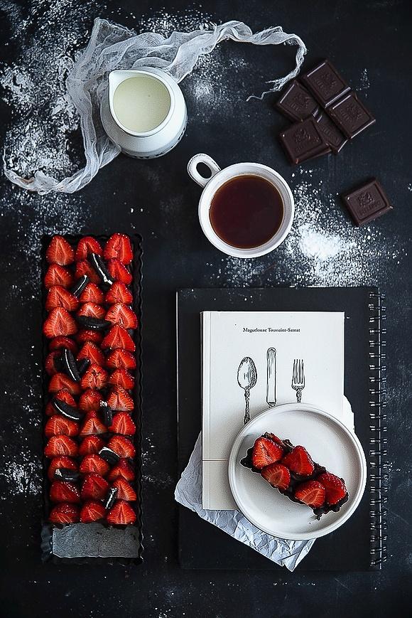Intensywnie czekoladowa tarta z truskawkami i Oreo