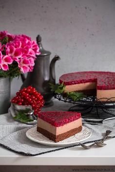 Sernik czekoladowy na zimno z czerwoną porzeczką