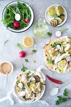 Tortille z ciecierzycy z kotlecikami z bobu, z warzywami i pastą tahini