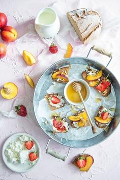 Grzanki z twarożkiem, miodem i owocami