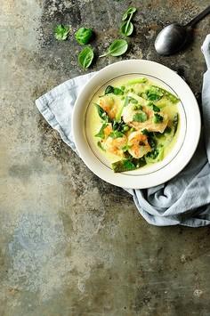 Zupa kokosowa z krewetkami i łososiem