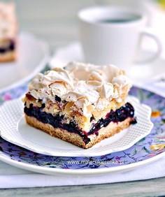 Ciasto z czarną porzeczką i migdałową bezą