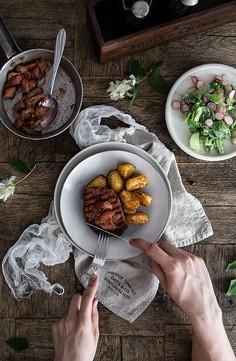 Grillowany schab z karmelizowanym rabarbarem i opiekanymi ziemniakami