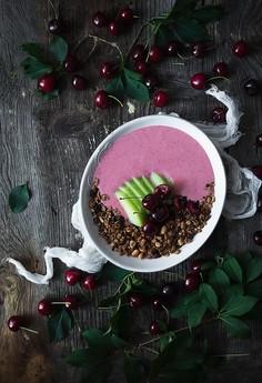 Czekoladowa granola z truskawkowym jogurtem, melonem i czereśniami