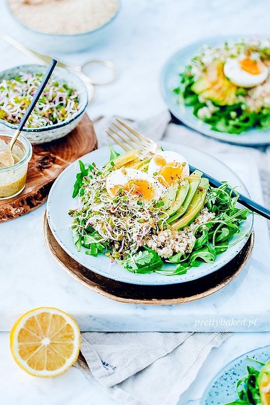 Sałatka z komosą ryżową, awokado i jajkiem