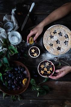 Kruche ciasto ze śliwkami, imbirem i cynamonem