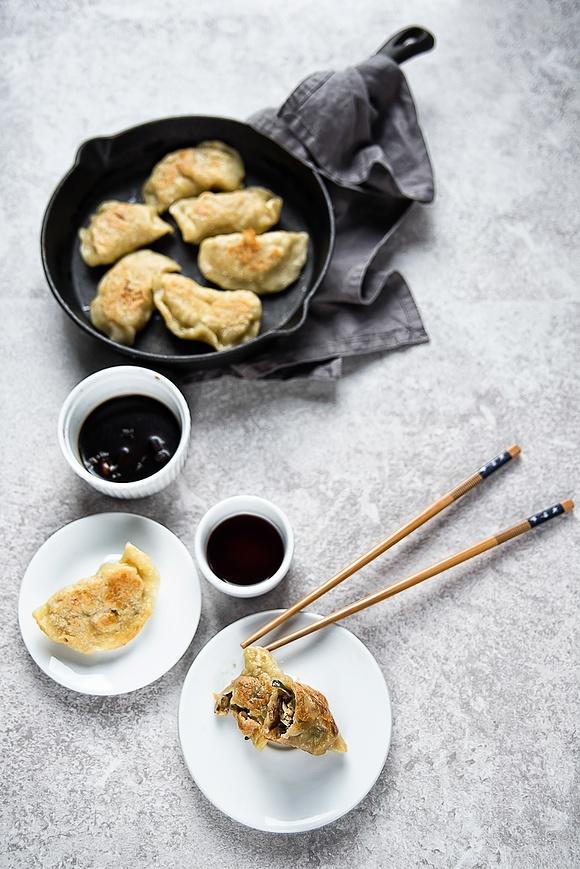 Pierożki po azjatycku z tofu, cukinią, fasolą mung i grzybami mun
