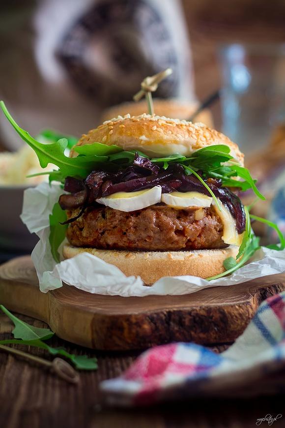 Burger z karmelizowaną cebulą i serem Camembert