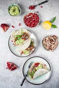 Tacos z wieprzowiną, guacamole, rukolą i granatem na domowych tortillach