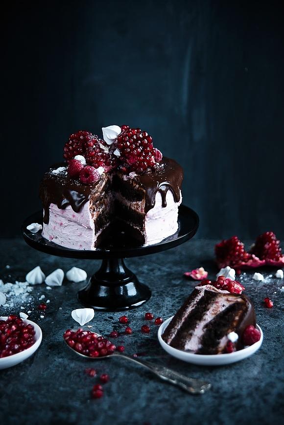 Bożonarodzeniowy tort malinowo-czekoladowy z granatem