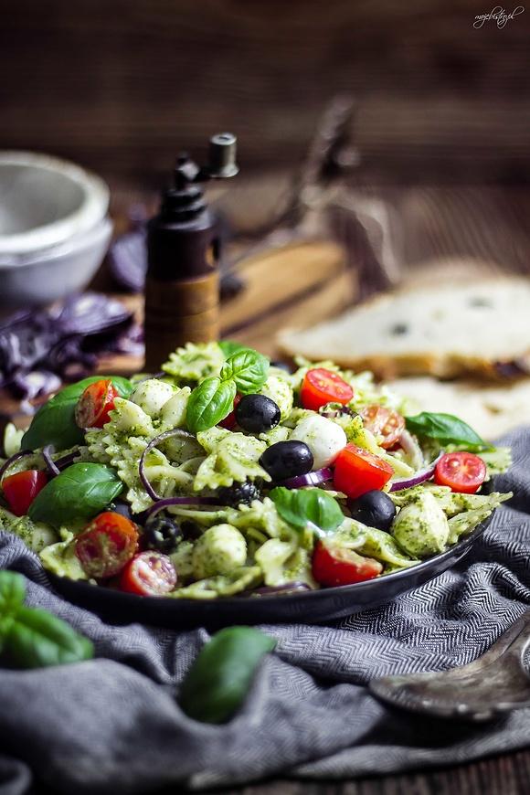 Sałatka makaronowa z miętowym pesto z rukoli i mozzarellą
