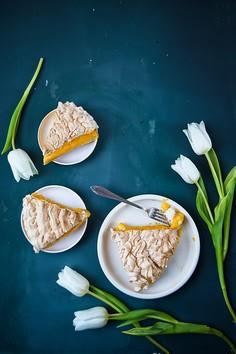 Kruche ciasto z musem mandarynkowym i bezą