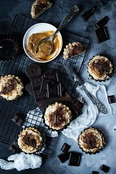 Kruche ciasteczka - szarlotki z kremem śmietanowo-orzechowym, karmelem i czekoladą