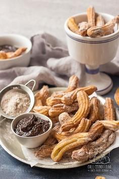 Hiszpańskie churros z cynamonowym cukrem i sosem czekoladowym