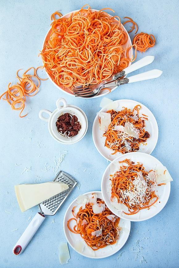Super szybki obiad - spaghetti z marchewki z pesto z suszonych pomidorów
