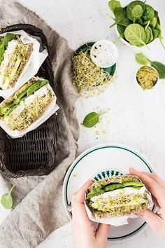 Zielona kanapka z twarogiem i kiełkami