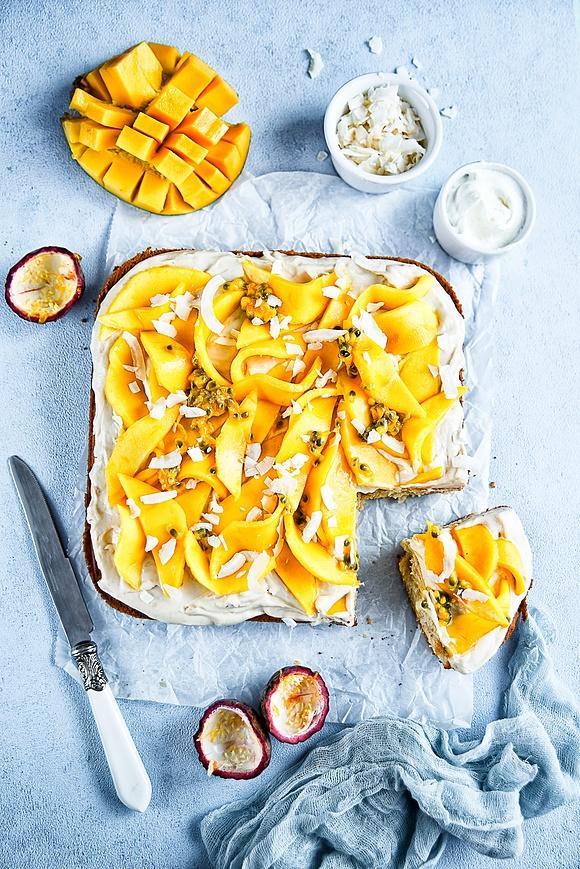 Bardzo proste ciasto migdałowe z kremem chałwowym i mango