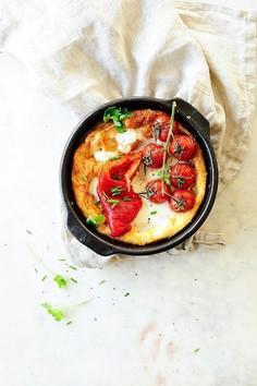 Dutch baby z pieczoną papryką i pomidorkami