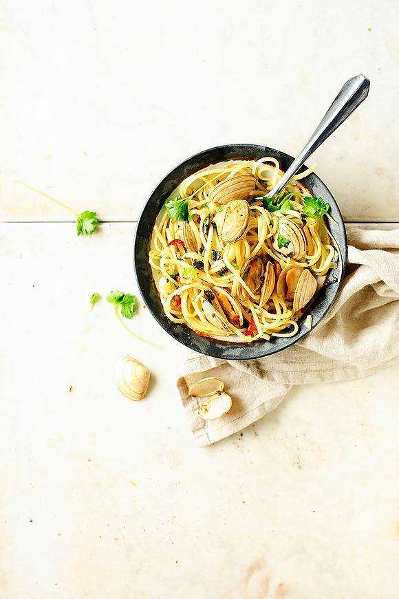 Spaghetti alle vongole w maślanym sosie z szałwią