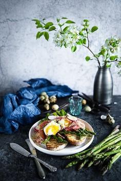 Grzanki ze szparagami, jajkiem w koszulce i szynką parmeńską