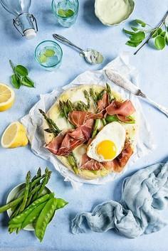 Pizza ze szparagami, groszkiem śnieżnym , szynką parmeńską, mozarellą i jajkiem