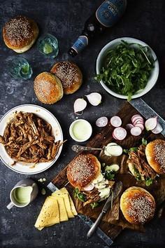 Burgery z szarpaną wieprzowiną (pulled pork), marynowaną rzodkiewką i majonezem wasabi