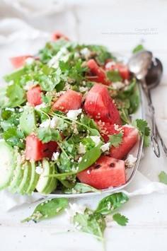 Świeża, letnia sałatka z quinoa, szpinakiem i arbuzem