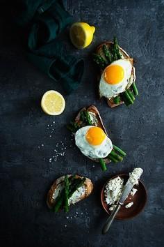 Grzanki z jajkiem sadzonym i szparagami