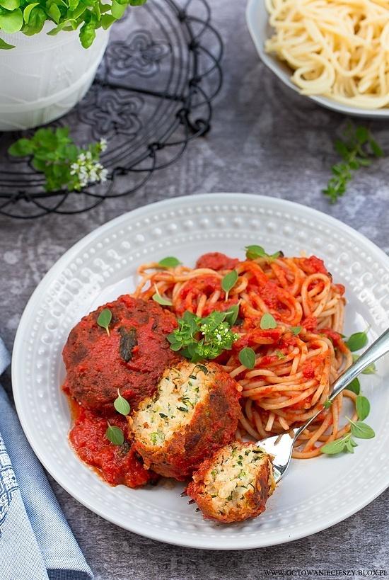 Klopsy z cukinii z ricottą i parmezanem w sosie pomidorowym
