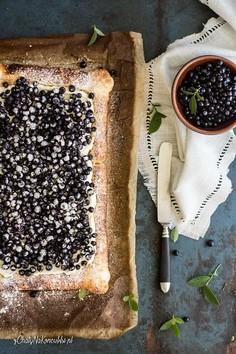 Tarta z ciasta francuskiego z kremem i jagodami