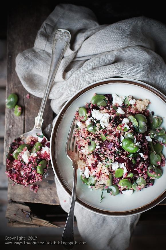 Letnia sałatka z quinoa, młodym bobem, botwinką