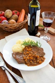 Bitki wołowe w sosie winno-warzywnym