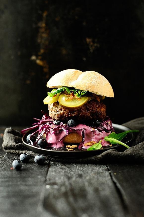 Hamburger z wołowiną i pikantnym sosem borówkowym