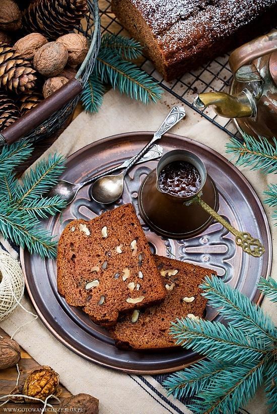 Korzenne ciasto daktylowe z whisky i orzechami