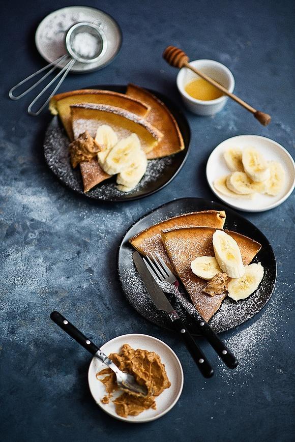 Pieczony naleśnik Dutch Baby z bananem i masłem orzechowym