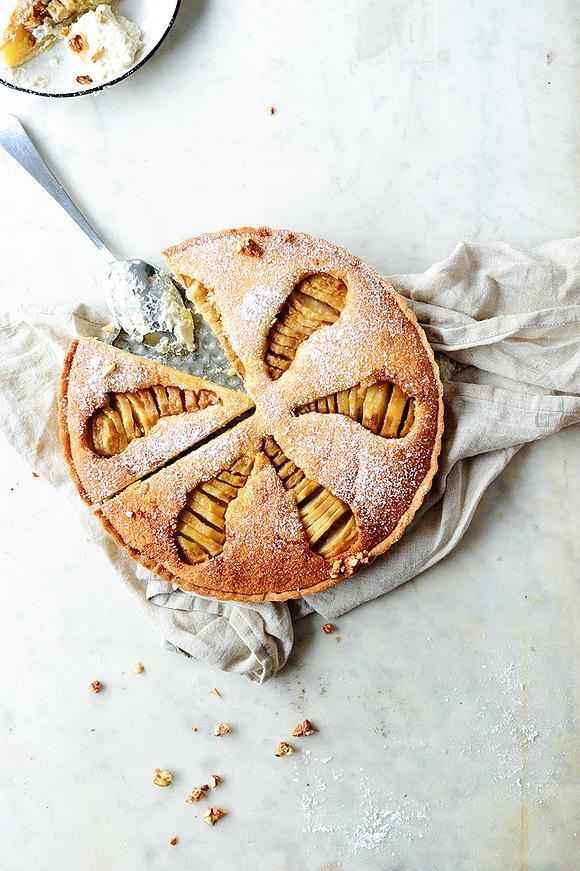 Ciasto migdałowe z gruszkami duszonymi z amaretto i imbirem
